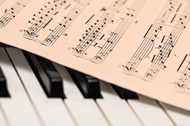 un coach en piano pour enfants et adultes